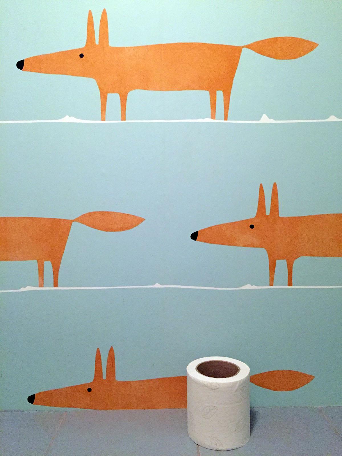Чтобы гость не скучал, в туалете его поджидают лисички-сестрички.