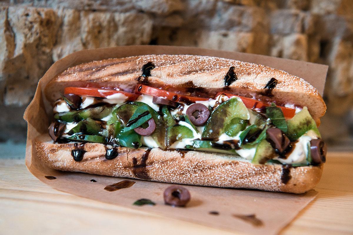 В «Костас» входят баварская сосиска, сырный соус, йогурт, оливковое масло, маслины каламата и базилик.