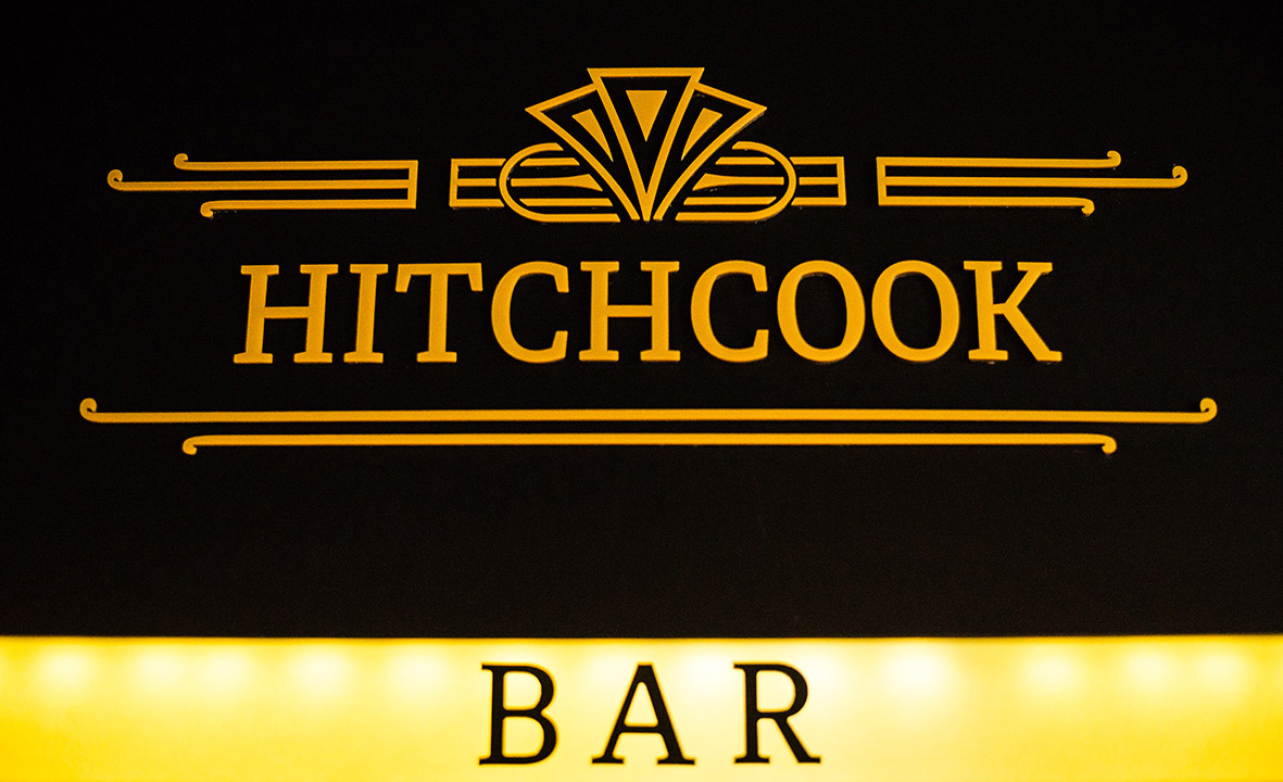 Hitchcook вывеска