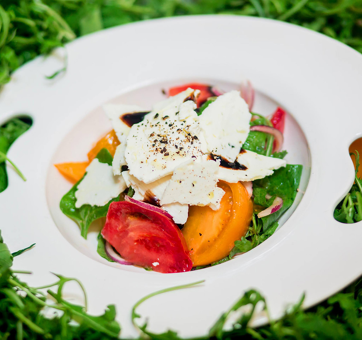 Сейчас на каждом столе можно увидеть салат из помидоров микадо и овечьего сыра.