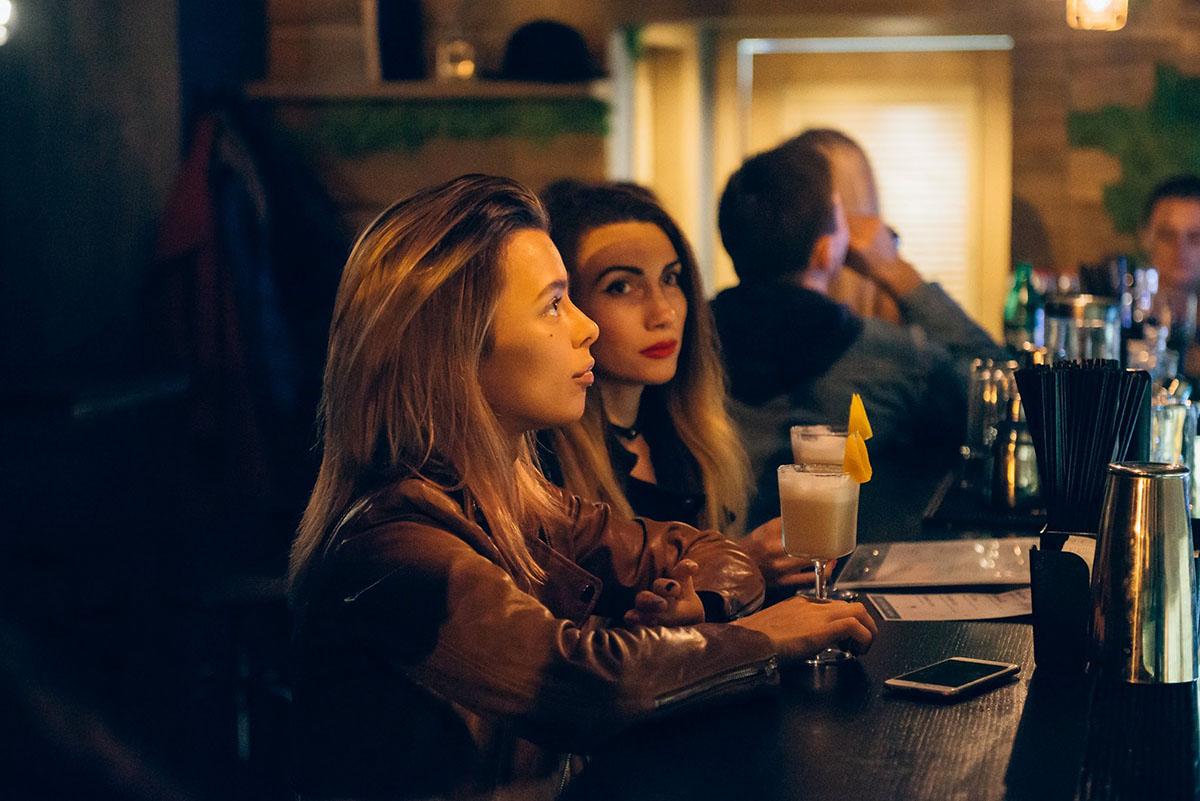 По вечерам в баре есть на кого посмотреть.