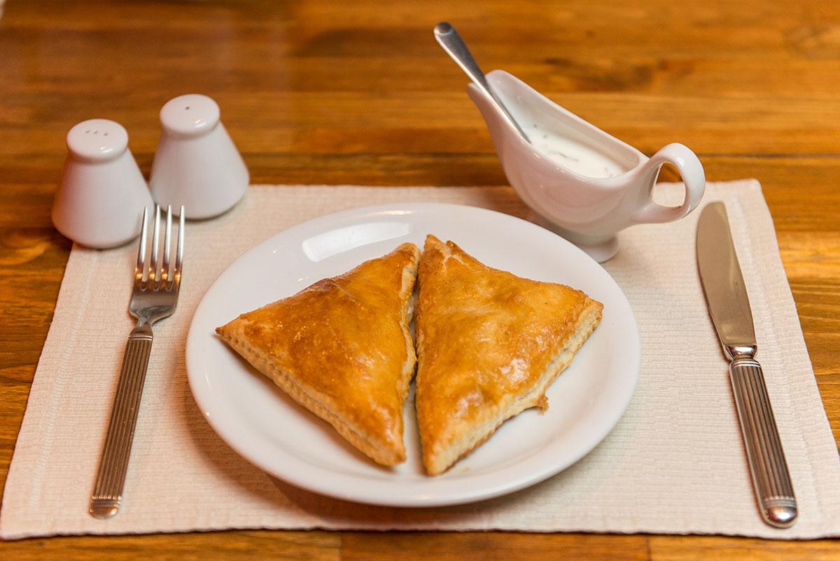 Тесто для двух треугольничков самсы всегда пресное.