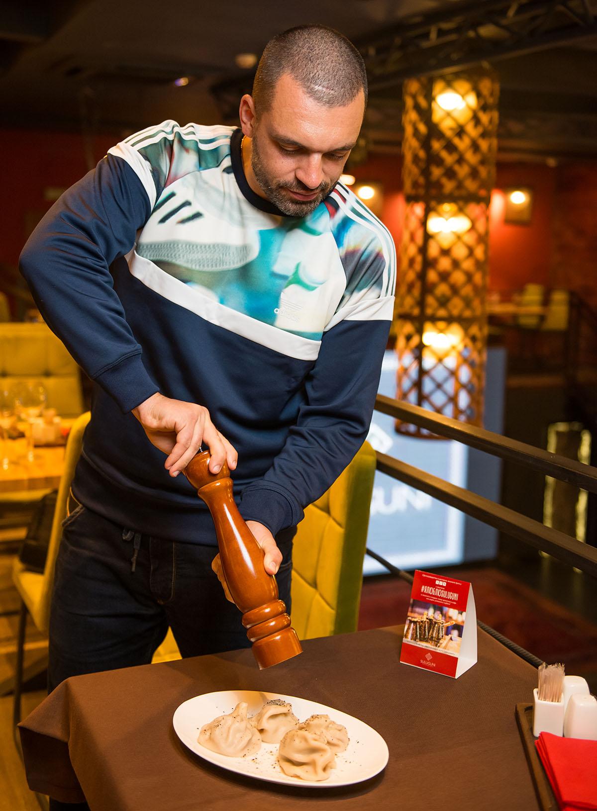 По традиции, хинкали посыпают перцем при госте. Либо это делает сам проворный гость.