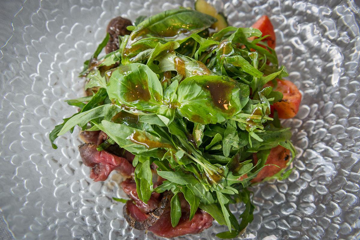 В салате ростбиф искать не надо, его там достаточно.