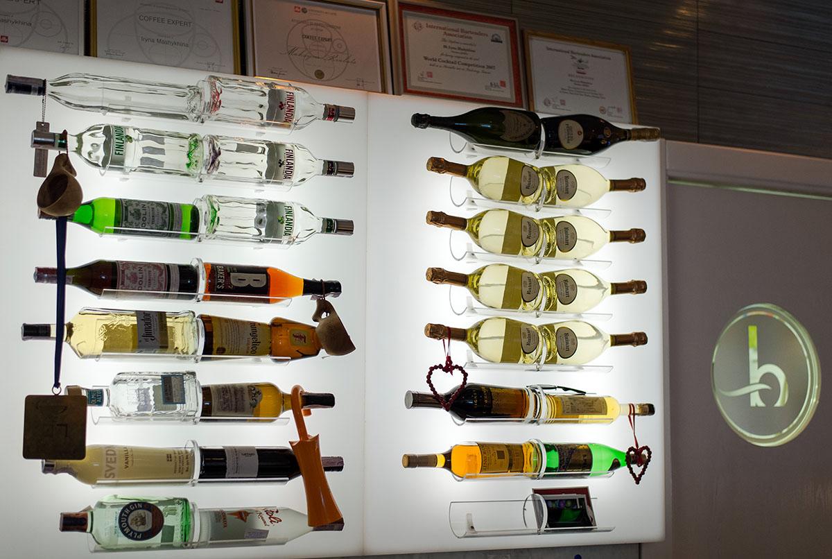 Козыри «Biancoro» – это фотогеничные официантки и обалденное вино.