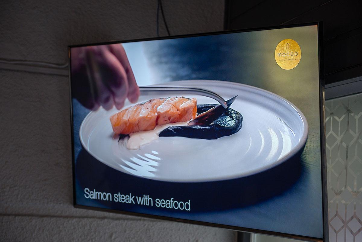 В отличие от других заведений, «Mocco» не транслирует чужие ролики, а снимает еду самостоятельно.