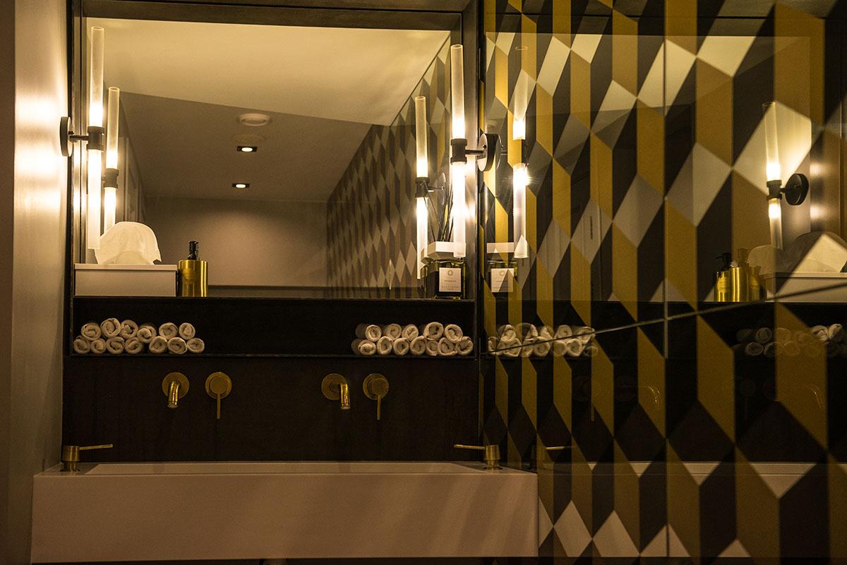 В туалете предусмотрены места для селфи.