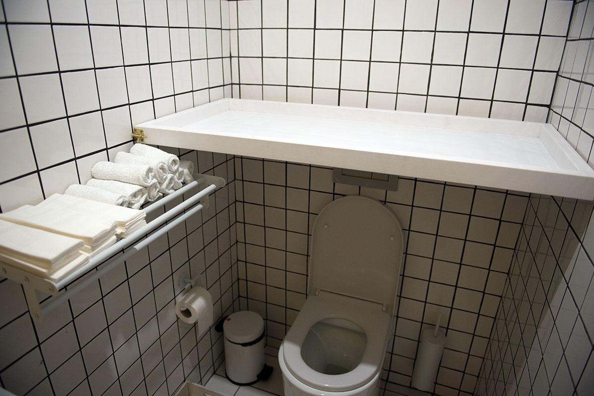 На пеленальный столик в туалете Дашу вдохновила Саша, которой сейчас восемь месяцев.