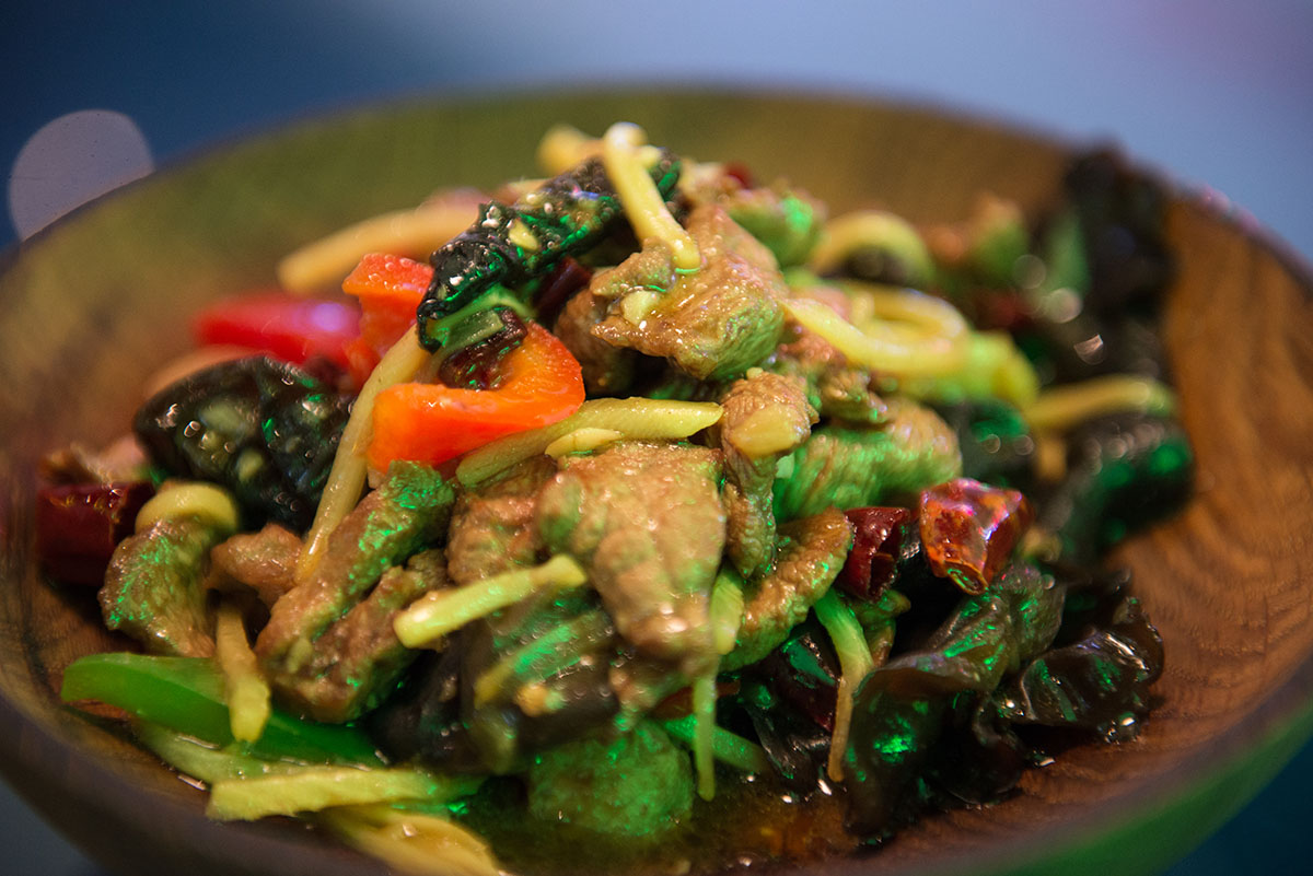 Вкус утке добавляют сухой чили, маринованный бамбук, чеснок, соевый соус и имбирь.