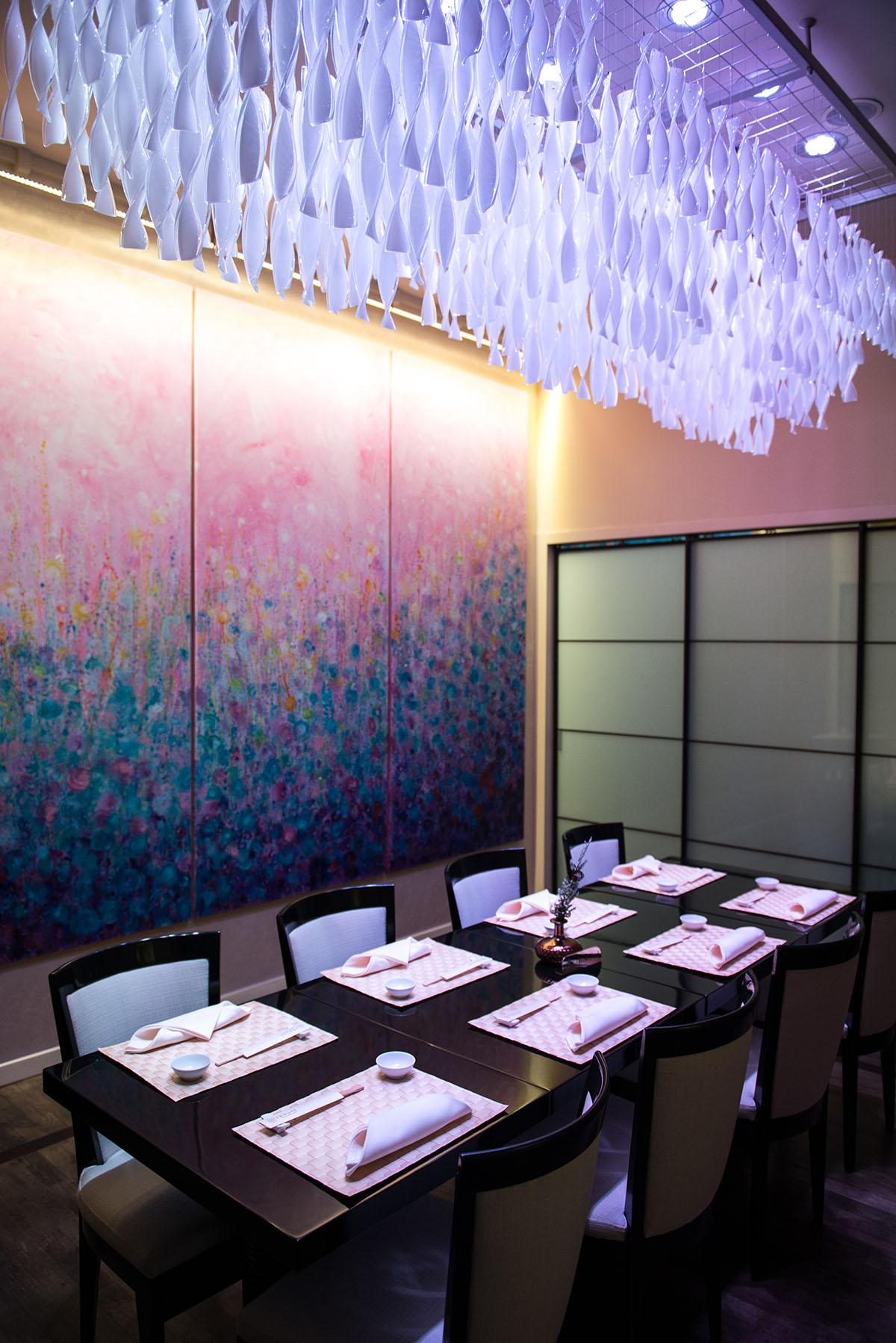 В ресторане есть комнаты для встреч без посторонних глаз.