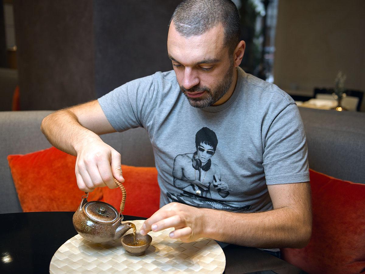 Бульон разливается в миниатюрные чашки, морепродукты извлекаются палочками.
