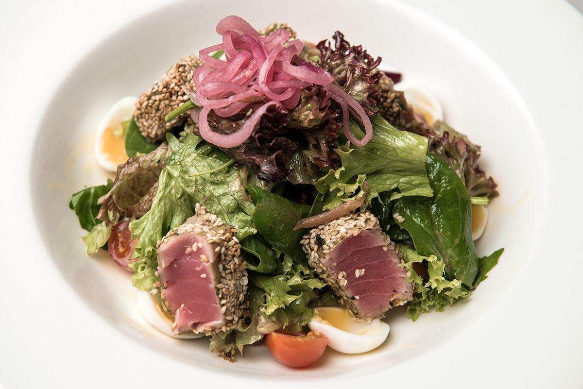 Для тунца из салата «Нисуаз» в Японии отводят важное место на прилавке, что подчеркивает статус этой рыбы.