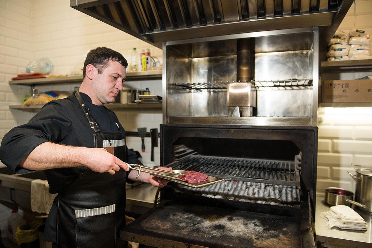 Шеф-повар мысленно разговаривает с каждым кусочком мяса.
