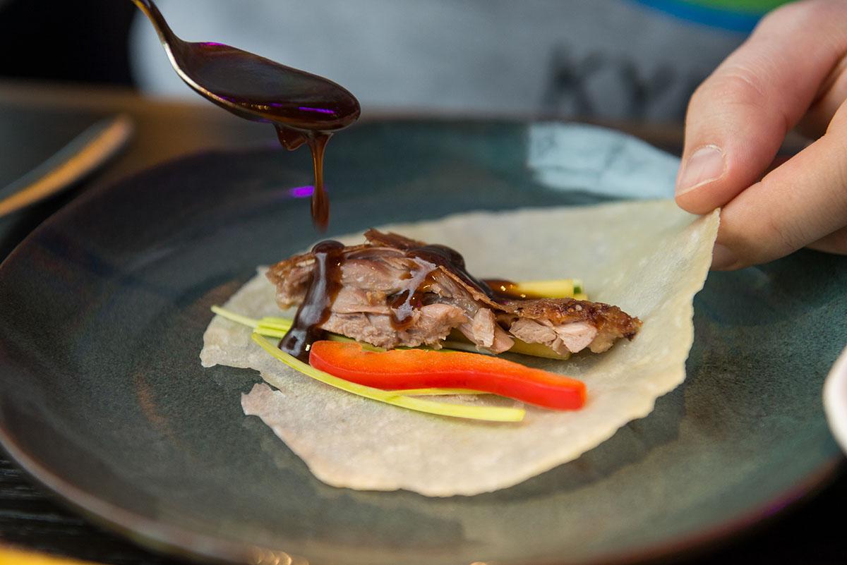 Хойсин готовят из ферментированных соевых бобов, красного риса, уксуса и кунжутного масла.