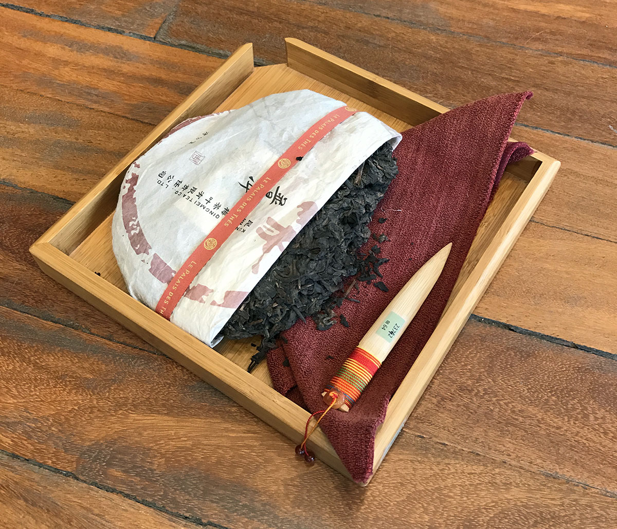 Ценители пуэра оценят дороговалютную палочку для колки спресованного чая.