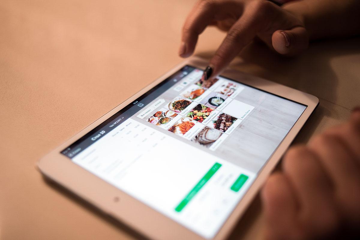 Связь официанток и кухни обеспечивает планшет.