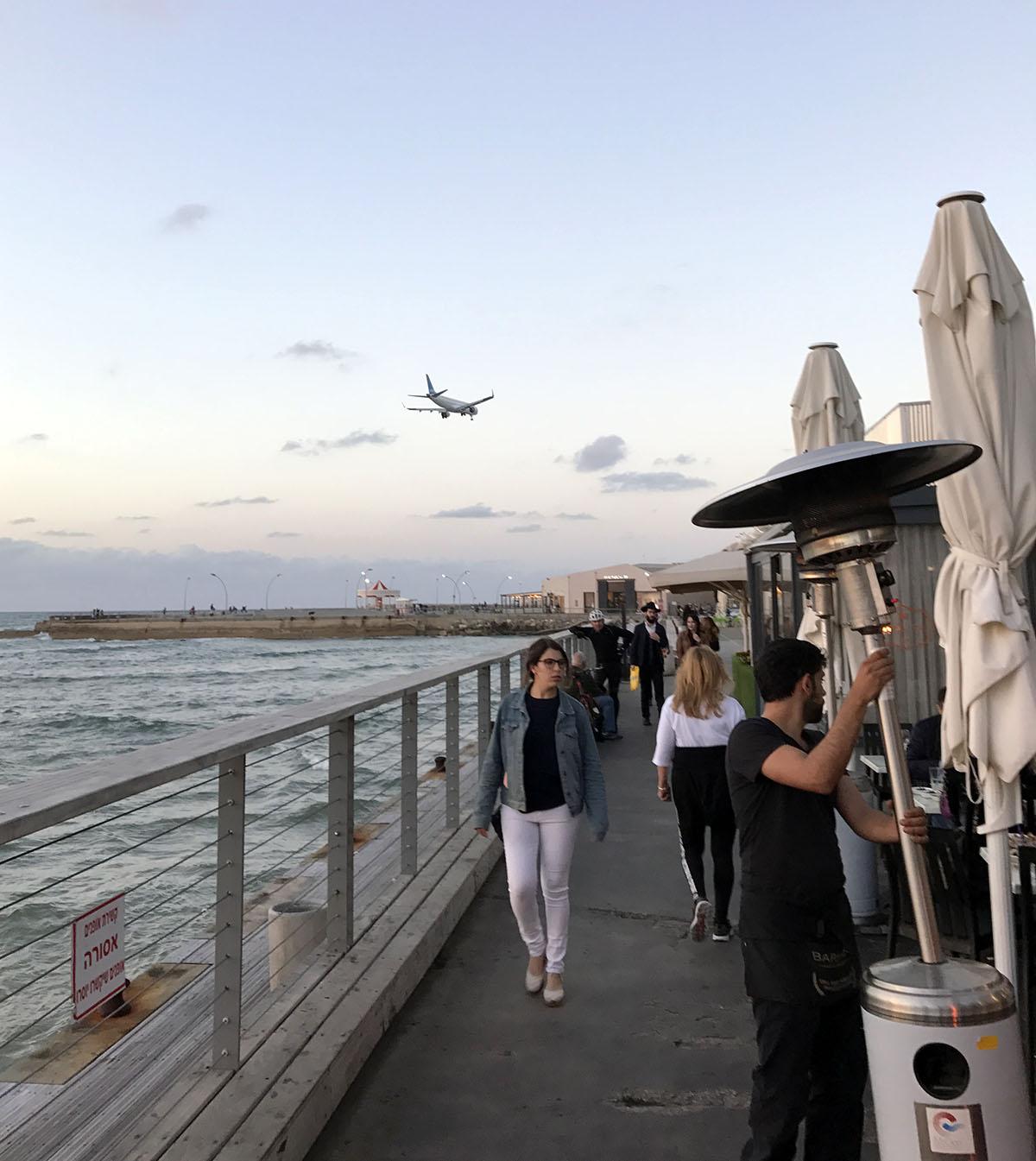 Под вечер персонал устанавливает грелки, чтоб не холодно было провожать взглядом самолёты.