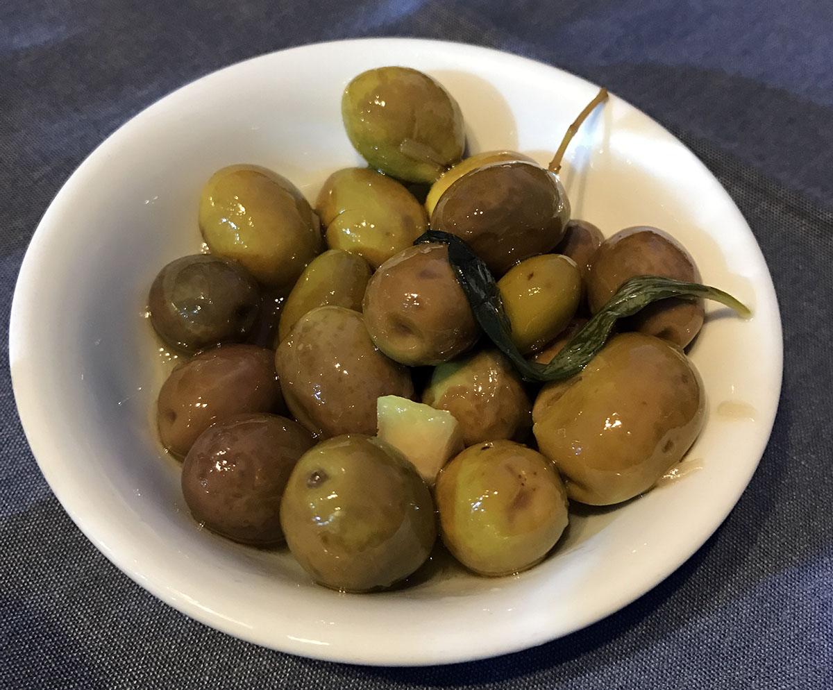 Оливки бесплатно выносят к пиву и вину.