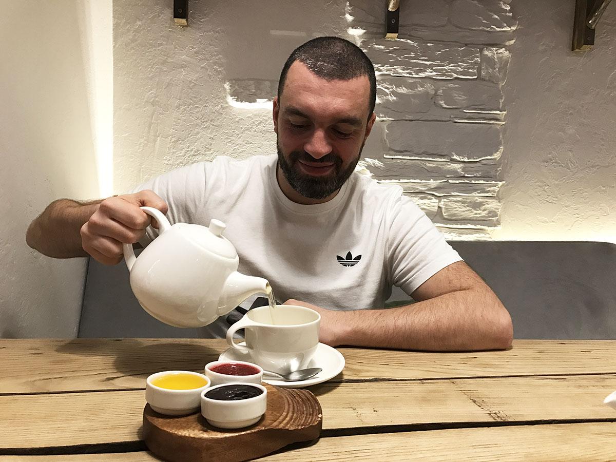 Чай бесплатно подсластят мёд и два варенья.