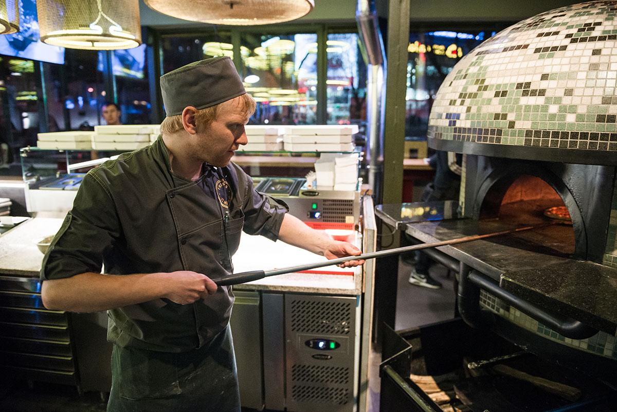 В пивбаре правило: пиццайоло может быть только блондином