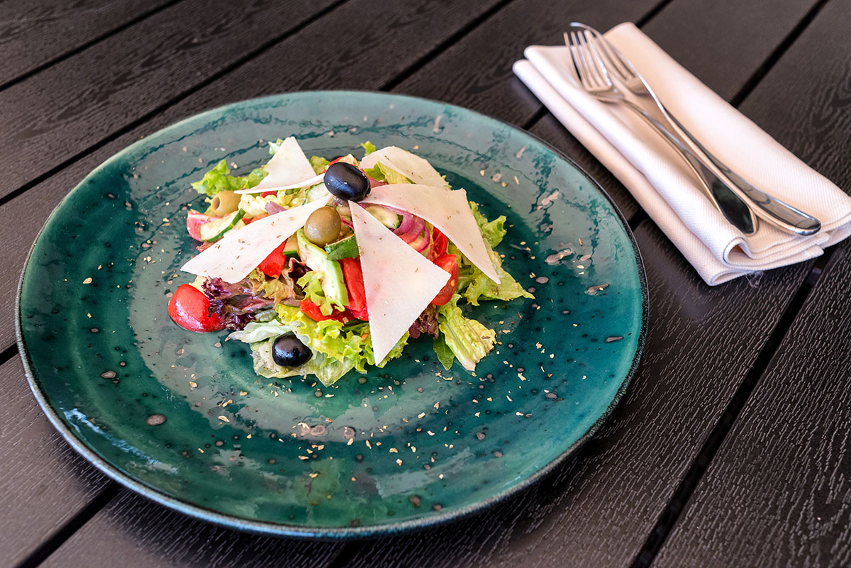 Салат «Примавера» с авокадо и оливами каламата обойдётся в 128 гривен.