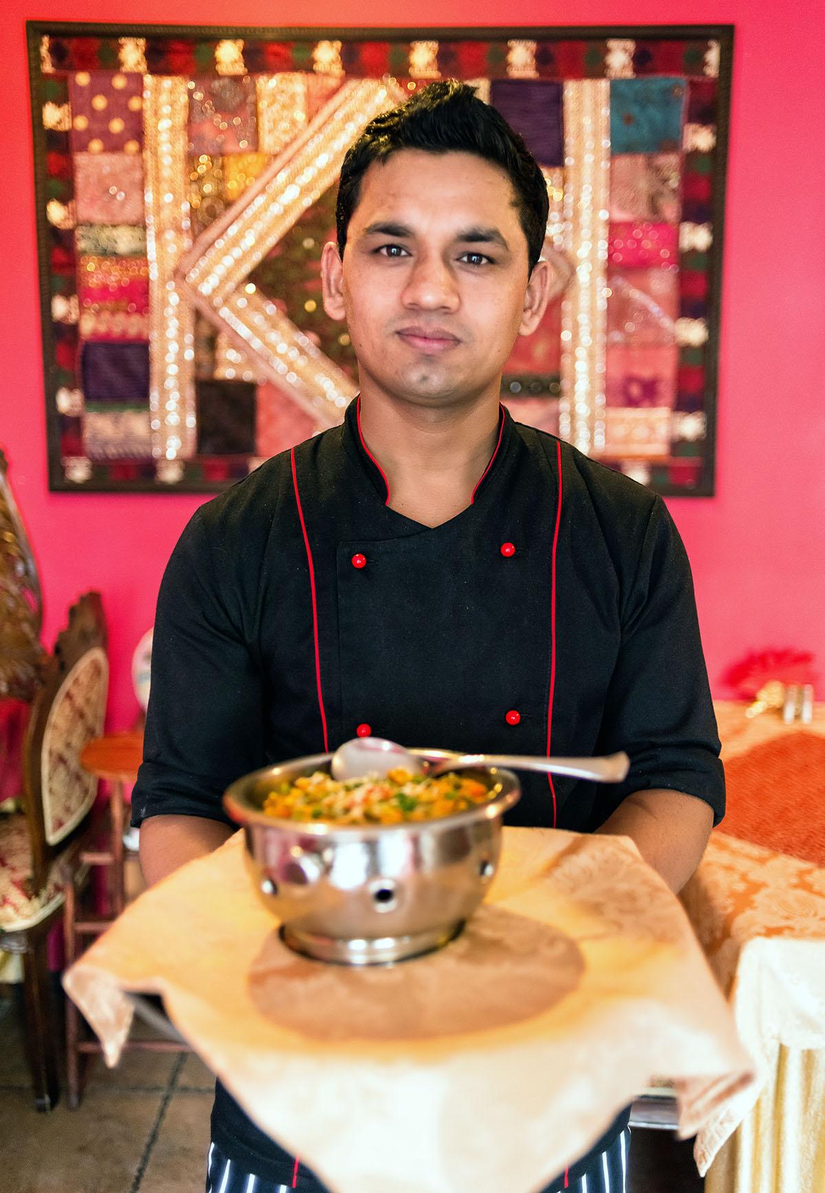 Готовить еду Ананд научился в городке по соседству с Непалом.