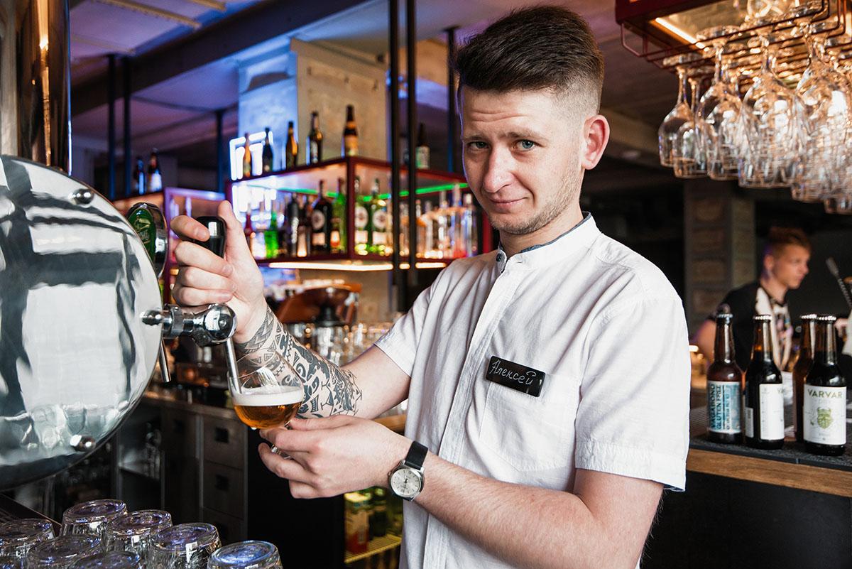 Алексей помогает определяться с пивом в «This Is Пивбар на Харьковском».