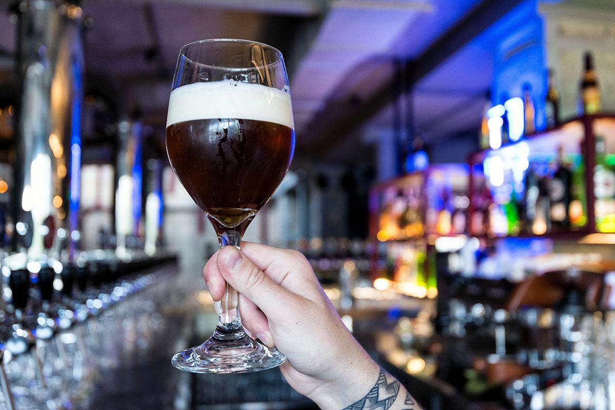 Винный бокал лучше раскрывает аромат голландского пива «De Molen».