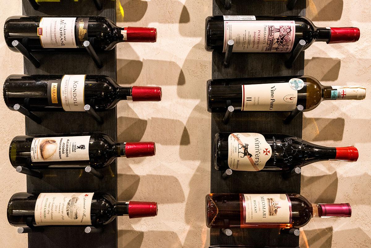 Здесь приличный выбор сыров для вина: 30% украинских и 70% грузинских.