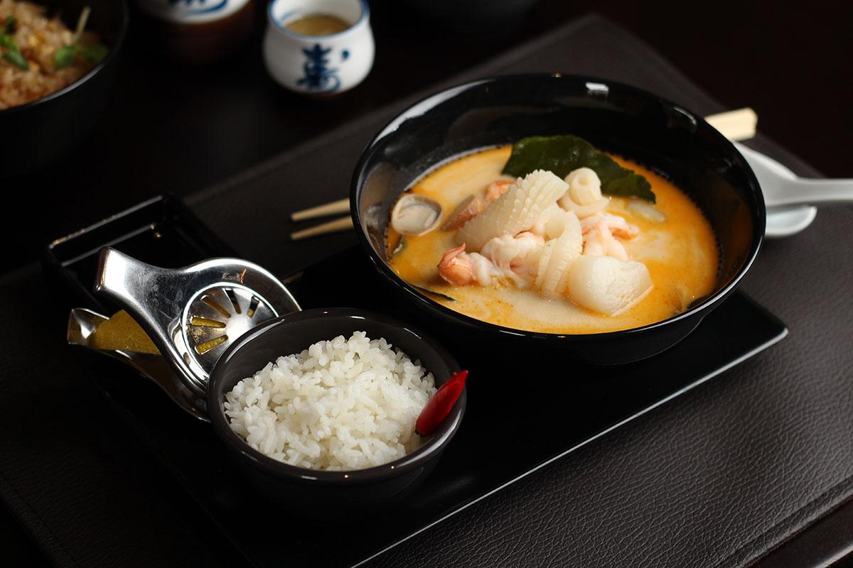 Для супа используют только свежие каффир-лайм, лемонграсс и галангал.
