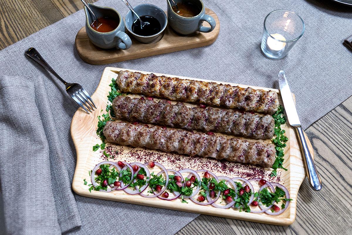 Лучше всего с мясом обращаются кахетинцы, поэтому люля жарит Илия из Кахетии.