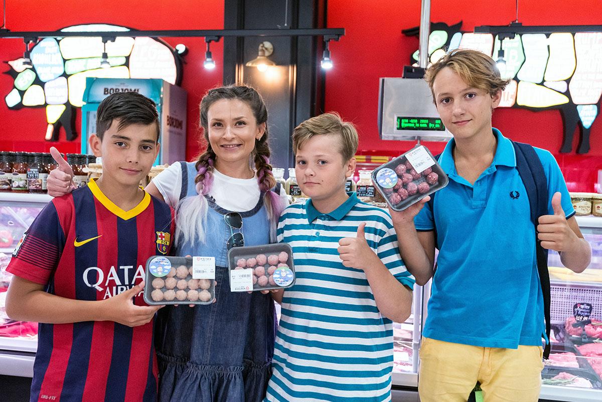 За фото с мясториками дети получили кокосовое мороженое.
