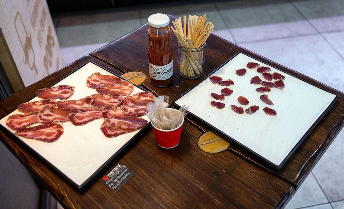 Ежедневно гостям предлагают колбасу для дегустации.